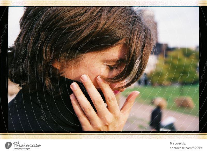 Daniela I Porträt Rollkragenpullover Oktober Köln Hand Saturn brunette
