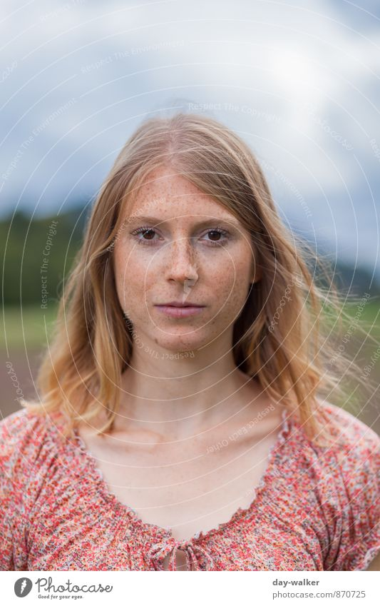 Anna III Mensch feminin Junge Frau Jugendliche 1 18-30 Jahre Erwachsene authentisch natürlich dünn schön blau braun grau rot rothaarig Sommersprossen Farbfoto