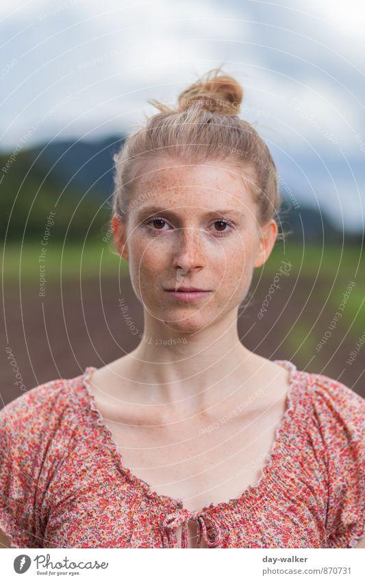 Anna II Mensch feminin Junge Frau Jugendliche 1 18-30 Jahre Erwachsene blau braun grün rot weiß Starrer Blick ohne Emotionen Sommersprossen Farbfoto