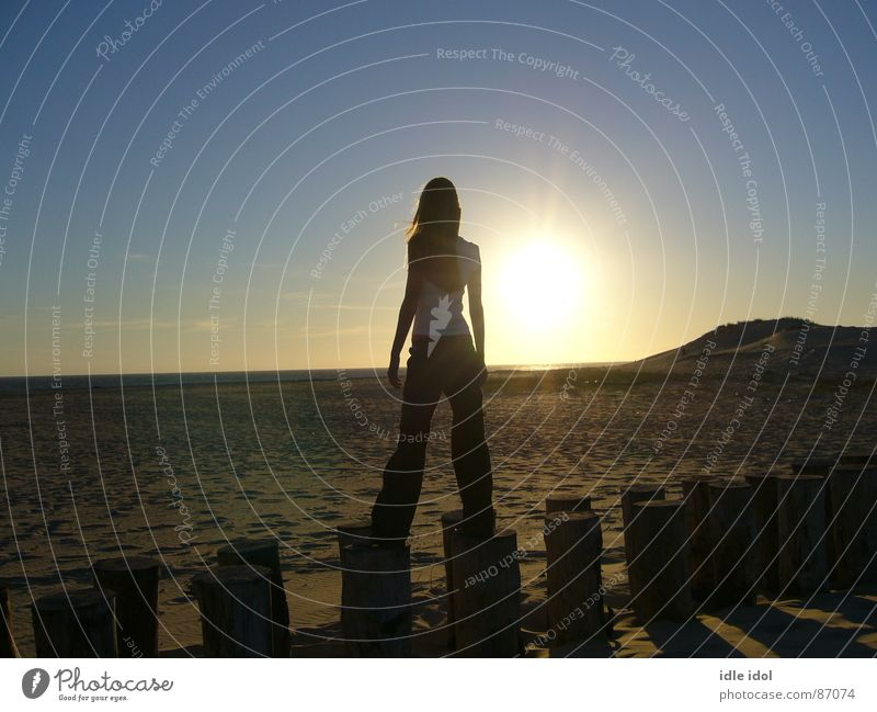 la pointe Atlantik Meer Frankreich Sommer Sonnenbad Naturphänomene Sonnenuntergang mehrere Junge Frau Schatten Sommersprossen Strand Küste warme jahreszeit