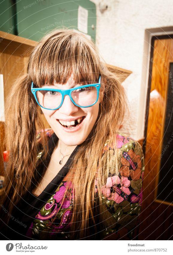 blind date Geburtstag Mensch feminin Junge Frau Jugendliche Erwachsene 1 Accessoire Brille brünett blond langhaarig Zopf Lächeln lachen Fröhlichkeit hässlich