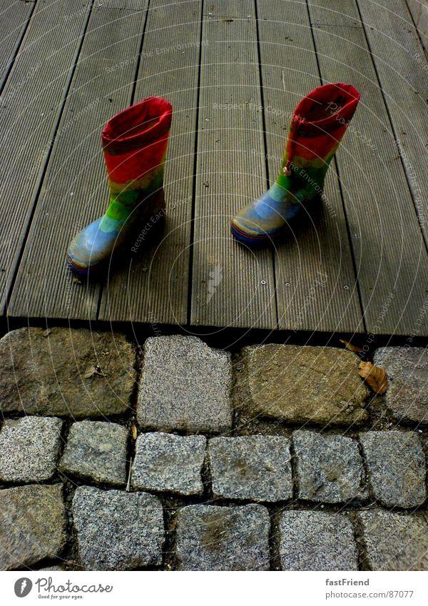 JahrmarktsTANZ Freude Herbst Holz Stein Fuß 2 Wasserfahrzeug Regen Schuhe Kindheit paarweise Terrasse Regenbogen Gummistiefel prächtig Veranda