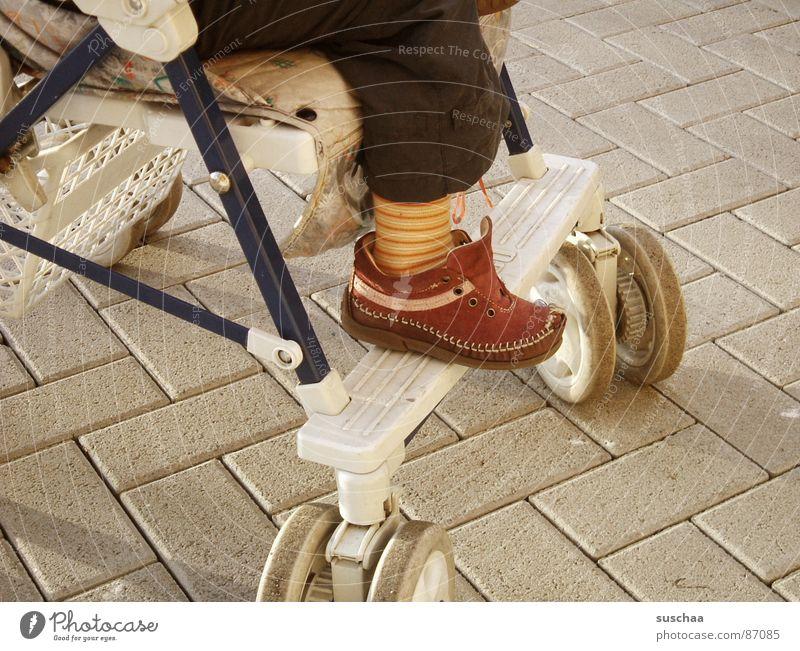 sinti-und-roma-kind Schuhe Mokassin Straßenverkehrsordnung Leder Gasse Gelenk Kleinkind rabenmutter alter kinderwagen offener schuh geringelte strumpfhose