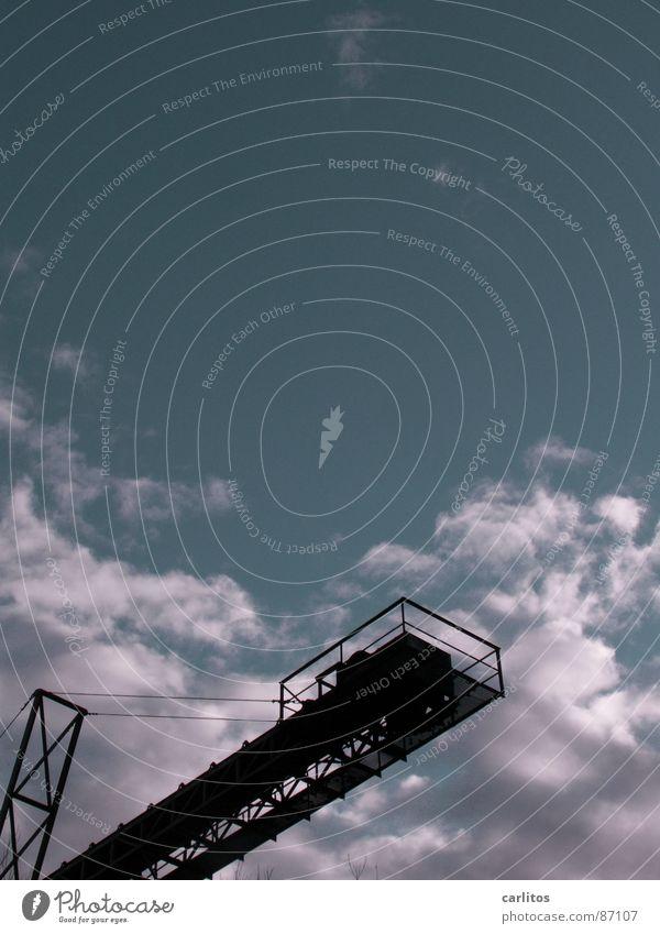 Sprungturm ?? Förderband Kiesgrube diagonal Verstrebung Maschine Silhouette Gegenlicht Industrie Unterbelichtung gepfuschter Madochab Himmel Kiesteich