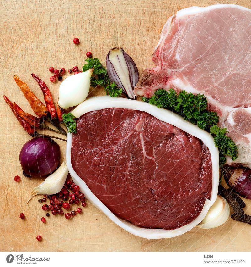 Fleischsalat Lebensmittel Kräuter & Gewürze Rindfleisch Schweinefleisch Schweinefilet Grillen Ernährung Mittagessen Abendessen Küche Holz rot Farbfoto