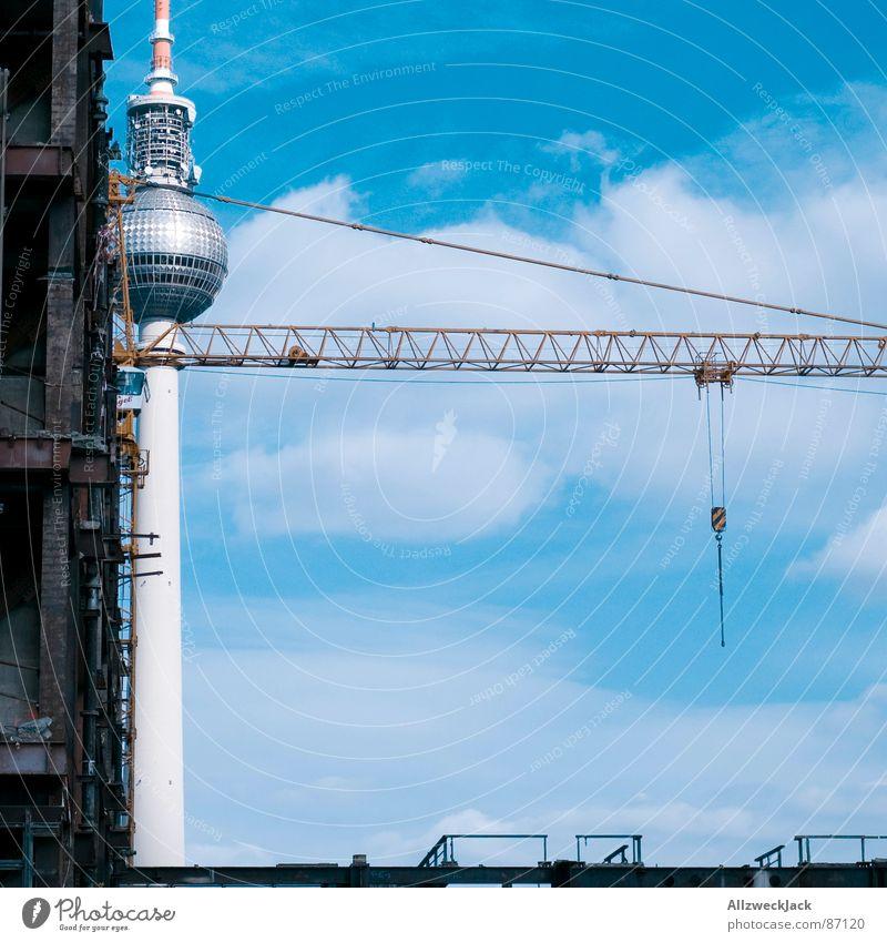 Berliner Kransehturm Himmel Wolken Berlin Deutschland Vergänglichkeit Medien Fernsehen Verkehrswege Handwerk Ruine DDR Hauptstadt Zerstörung Kran bauen Sachsen