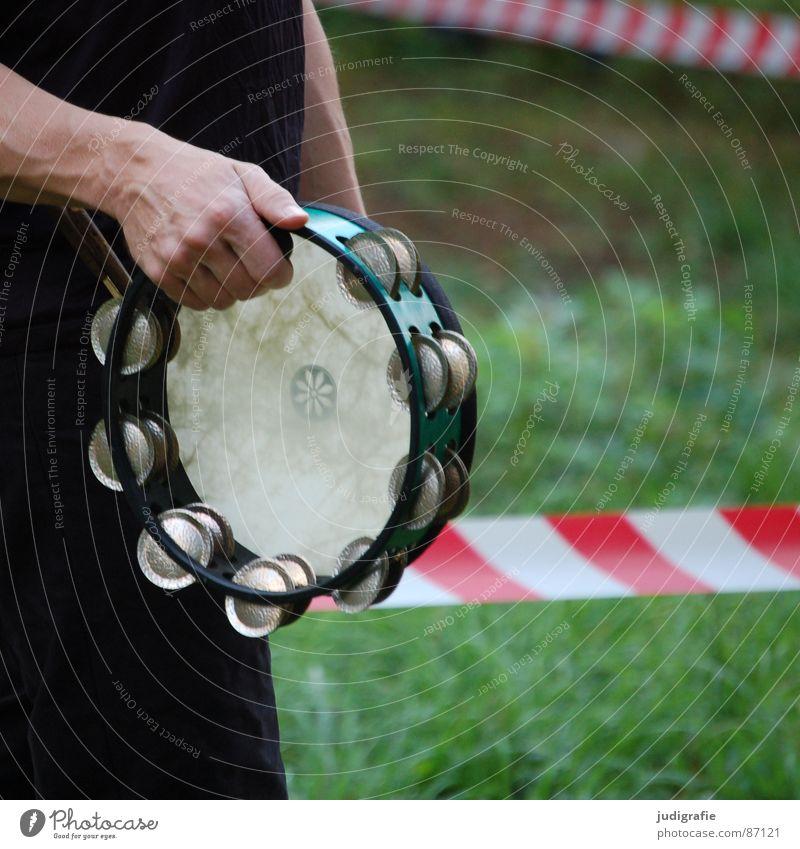 Außerhalb der Sperrzone Pandeiro Schellentrommel geschlossen gestreift rot Hand Klang Schlaginstrumente Konzert ruhig Gras Rhythmus Musikinstrument Spielen