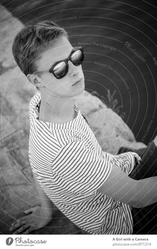 sitting at the dock of the bay Mensch maskulin Junger Mann Jugendliche Erwachsene Leben Gesicht 1 13-18 Jahre Kind Coolness trendy schön sportlich Sonnenbrille
