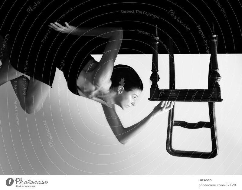 please help me hanging on Frau Erwachsene Boden Stuhl Schwarzweißfoto Möbel drehen Decke falsch verkehrt entgegengesetzt Kopfstand unsachgemäß