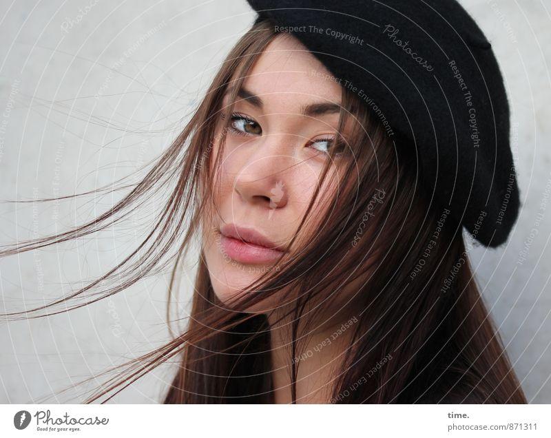 . Mensch Jugendliche schön Einsamkeit 18-30 Jahre Erwachsene feminin träumen elegant Wind ästhetisch beobachten Coolness Schutz geheimnisvoll Konzentration