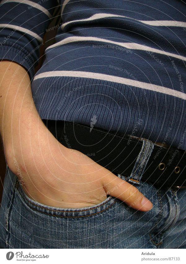 rumstehen Frau Hand warten Arme Bekleidung Jeanshose T-Shirt Streifen Gelassenheit Jeansstoff lässig Daumen Gürtel Hüfte Taille