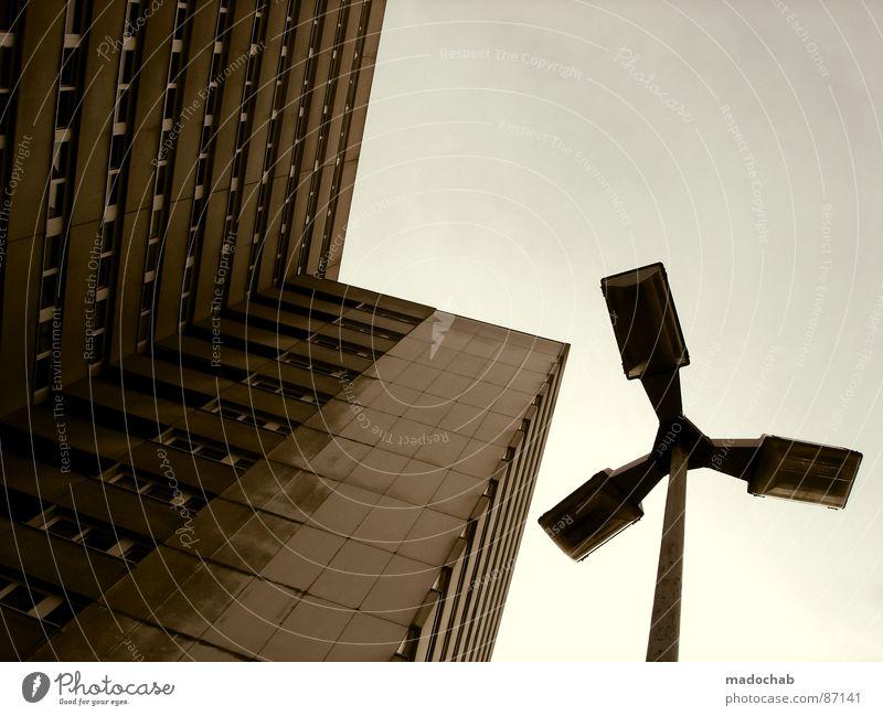 READY FOR TAKEOFF Himmel Haus Architektur Gebäude Wetter Beton Hochhaus groß trist Etage Straßenbeleuchtung aufwärts vertikal Block schlechtes Wetter Plattenbau