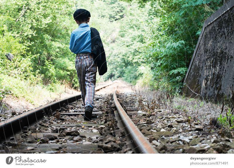 Mensch Kind Natur Ferien & Urlaub & Reisen Einsamkeit Junge klein Kindheit niedlich Eisenbahn ländlich Kaukasier