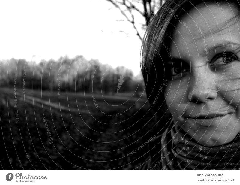 spaziergang Haare & Frisuren Junge Frau Jugendliche Auge Umwelt Natur Herbst Wind Feld Wald Platz Wege & Pfade Schal Perspektive Haarsträhne Fußweg Wäldchen