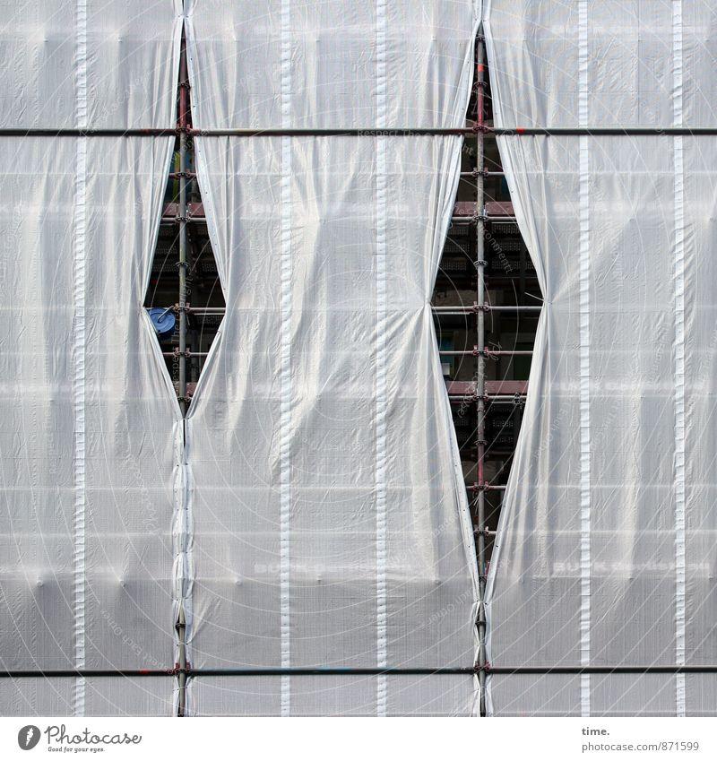 Schlitz im Kleid Arbeit & Erwerbstätigkeit Arbeitsplatz Baustelle Baugerüst Bauplane Stahlträger Sanieren Renovieren Dienstleistungsgewerbe Handwerk Haus