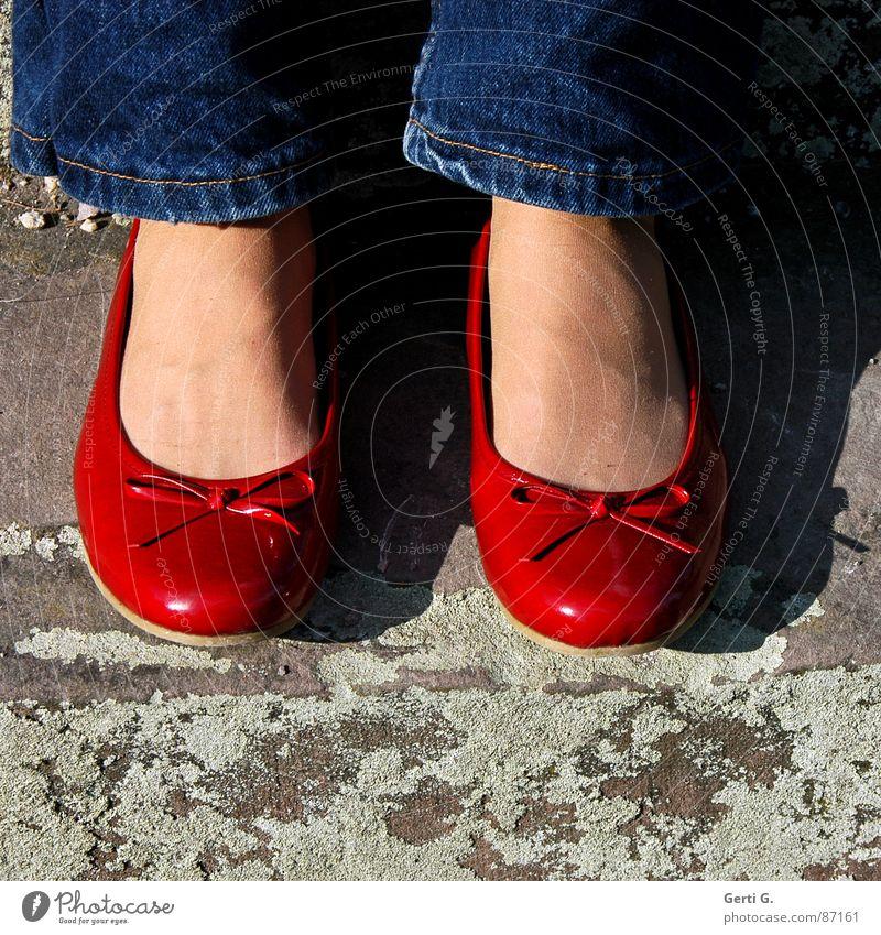 prima, Ballerina blau rot Freude Stein 2 Zusammensein Schuhe sitzen Treppe kaputt paarweise Bekleidung niedlich Jeanshose Schönes Wetter zart
