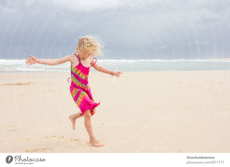 Here comes the sun! Spielen Kinderspiel Ferien & Urlaub & Reisen Sommer Sommerurlaub Strand Mensch Mädchen Kindheit Leben 3-8 Jahre Wolken Gewitterwolken