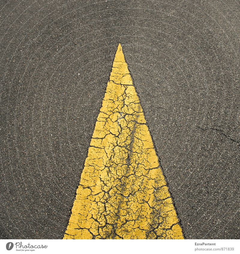 Berliner Pyramide Stadt Verkehr Verkehrswege Straße Wege & Pfade Verkehrszeichen Verkehrsschild Flughafen Flugplatz Zeichen Linie Pfeil ästhetisch gelb schwarz