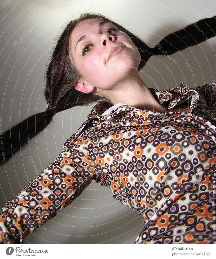 ... trallali trallala trallahoppsasa Pippi Langstrumpf Frau Bewegung schwungvoll braun Froschperspektive Zopf Siebziger Jahre retro Muster hüpfen