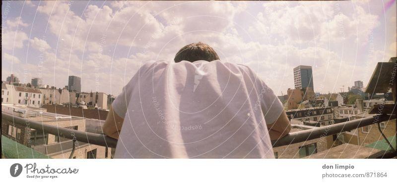 beobachter Mensch Jugendliche Einsamkeit Erholung Wolken Haus Junger Mann Ferne Erwachsene maskulin Häusliches Leben Hochhaus frei stehen warten Perspektive
