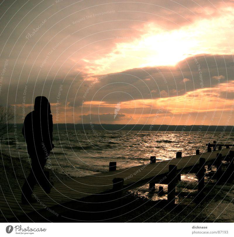 Der junge Mann und das Meer Steg See Wolken Junger Mann losgehen Gegenlicht entdecken Wellen Kies Strand Ammersee Herrsching am Ammersee Seeufer Bayern kalt