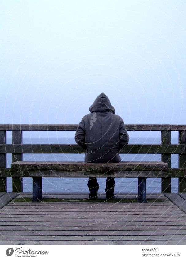 Meer-Mann Mensch Himmel Natur Jugendliche Strand ruhig Einsamkeit Ferne Herbst kalt Holz Küste Denken See