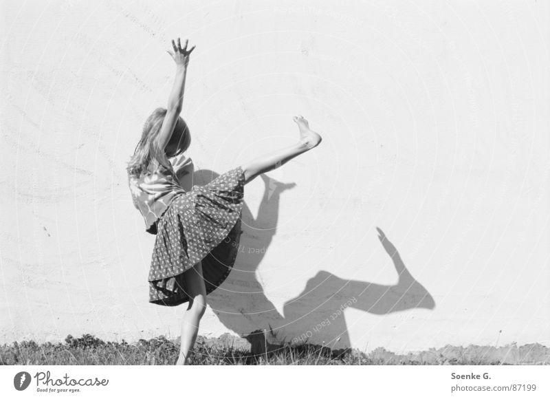 schattenspiel Kind Freude Wiese Spielen träumen Mauer Rasen Hippie Schwarzweißfoto toben verdunkeln