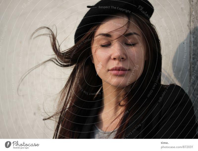 . feminin 1 Mensch 18-30 Jahre Jugendliche Erwachsene Mauer Wand T-Shirt Jacke Mütze brünett langhaarig genießen Gefühle Leidenschaft Gelassenheit geduldig