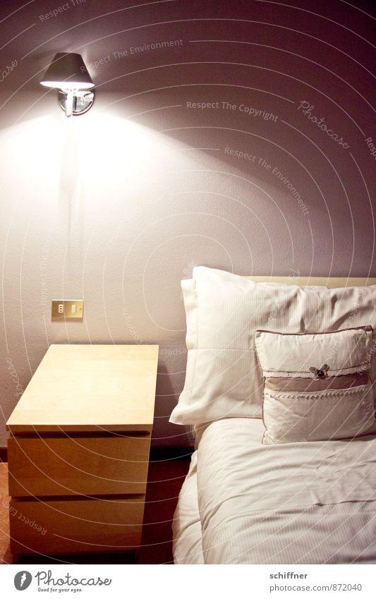 Gute Nacht! Innenarchitektur Möbel Lampe Bett Tisch Raum Schlafzimmer trist Hotel Hotelzimmer Nachttisch Bettwäsche Bettdecke Bettlaken Lichtschalter Ruhestand
