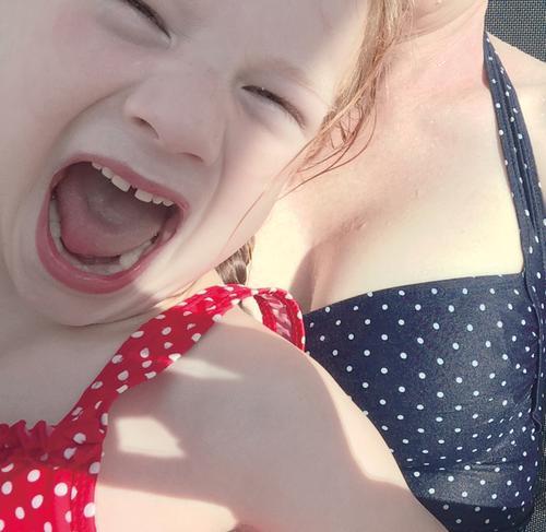 Schrei Mensch Kind blau rot Mädchen Gesicht Gefühle feminin Schwimmen & Baden Kindheit verrückt Frauenbrust Schwimmbad Wut Stress schreien