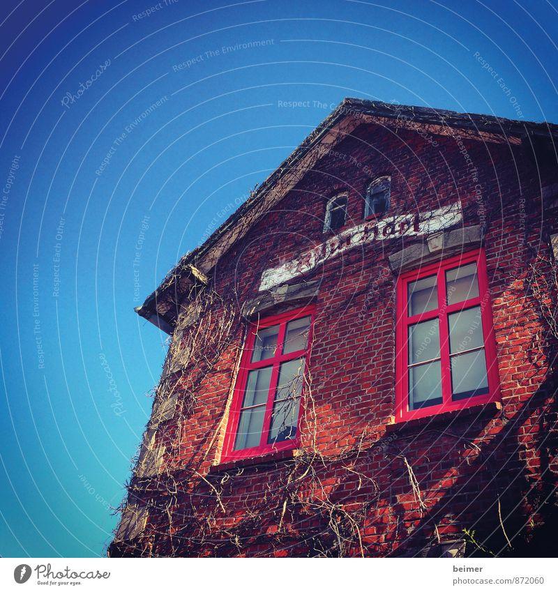 Spukhaus Haus Einfamilienhaus Gebäude Mauer Wand Fassade Fenster Backstein alt bedrohlich gruselig blau rot Stimmung Angst Verfall Farbfoto Außenaufnahme