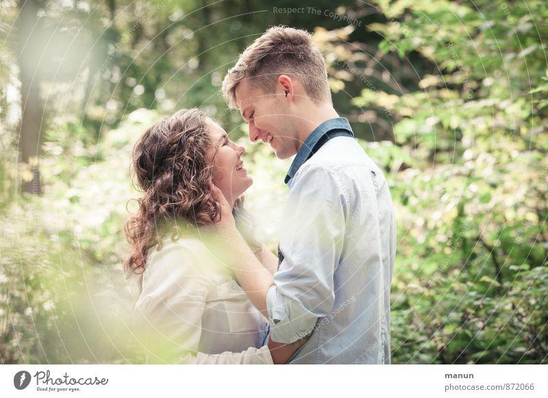 dreamteam Junge Frau Jugendliche Junger Mann Freundschaft Paar Partner Erwachsene Leben 2 Mensch 18-30 Jahre berühren Lächeln lachen Liebe Umarmen Fröhlichkeit
