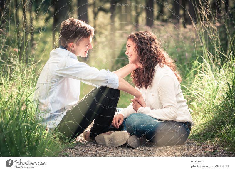du und ich Junge Frau Jugendliche Junger Mann Freundschaft Paar Partner 2 Mensch Natur Wald berühren festhalten hocken Lächeln Liebe Blick Zusammensein Glück