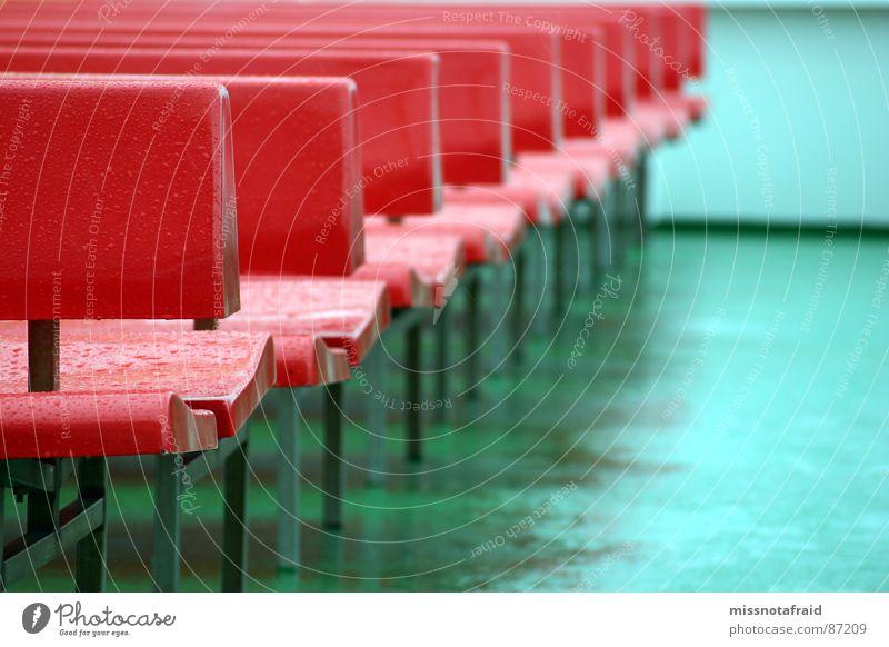 Sitzbänke Bank rot türkis Fähre Wasserfahrzeug Regen nass Platz Sitzgelegenheit Ferien & Urlaub & Reisen Kreuzfahrt Aufenthalt Einsamkeit feucht blau-grün