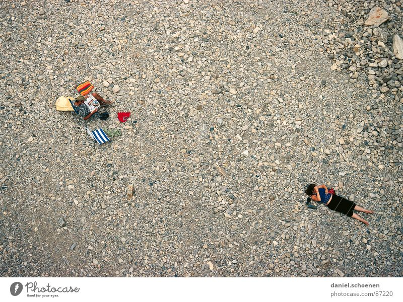 ... und nach ein paar Jahren Ehe Frau Mann Partnerschaft Vogelperspektive Stress Ferien & Urlaub & Reisen lesen Strand Langeweile Mensch Paar Konflikt & Streit
