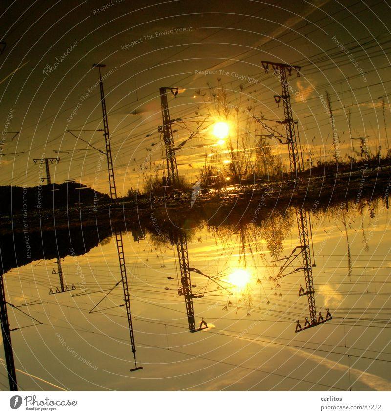 Abschied Gegenlicht Sonne Umzug (Wohnungswechsel) Wasser Bahnhof Eisenbahn Gleise bedrohlich dunkel Gefühle Schmerz Trennung Pfütze Oberleitung Elektrizität