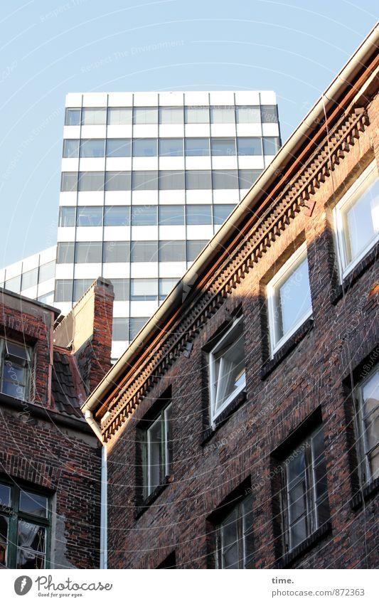 Auslaufmodell | Systemwechsel Himmel Schönes Wetter Haus Hochhaus Bauwerk Gebäude Architektur Mauer Wand Fassade Fenster Dach Dachrinne Schornstein Regenrinne