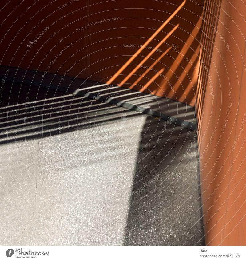 ein aus fahrt Stadt Wand Wege & Pfade Mauer Gebäude grau Linie orange Verkehr ästhetisch Beginn Beton Streifen Bauwerk Verkehrswege Stadtzentrum