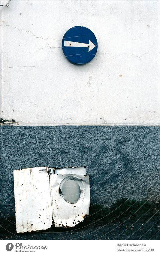 ------> weiß Wand grau Mauer Metall Schilder & Markierungen Fassade Müll Pfeil obskur Hinweisschild Wegweiser Waschmaschine Schrott Straßennamenschild Einbahnstraße