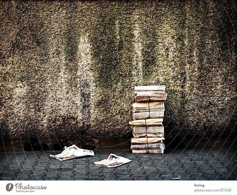 Cliff Poncier Straße Mauer Zeitung Information Werbung Medien Sportveranstaltung Zeitschrift Stapel Werbebranche Druck Konkurrenz Inserat Textfreiraum Zusteller