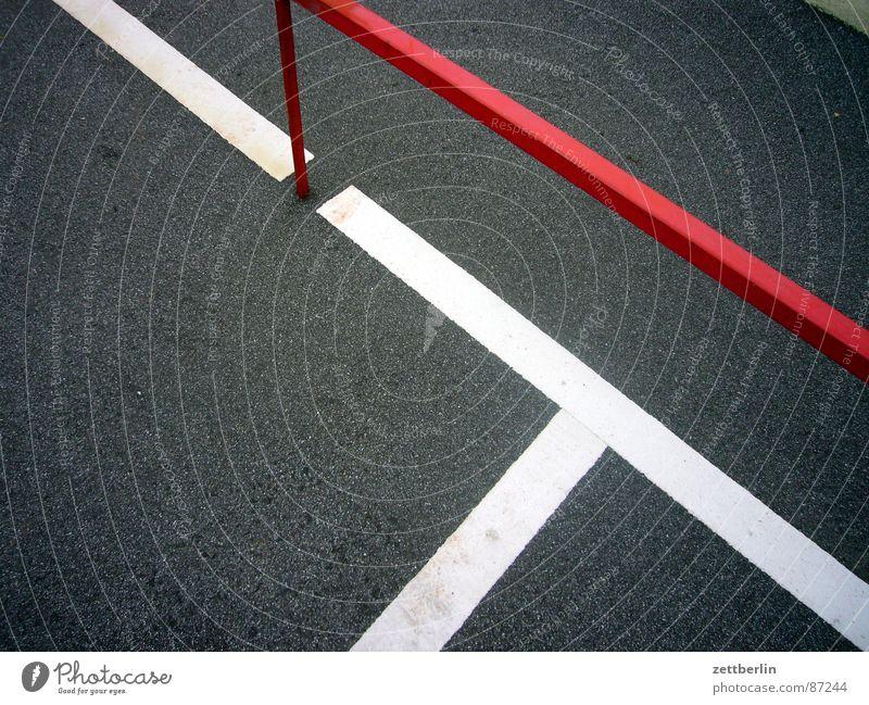 Option 1 Strebe Konstruktion Parkplatz Grenze Metallbau Asphalt Teer Oberfläche abstrakt Zufriedenheit Stab Am Rand Zaun Limit Abstellplatz Straßenbelag dunkel