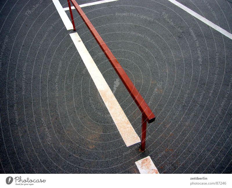 Option 3 Strebe Konstruktion Parkplatz Grenze Metallbau Asphalt Teer Oberfläche abstrakt Zufriedenheit Stab Am Rand Zaun Limit Abstellplatz Straßenbelag dunkel