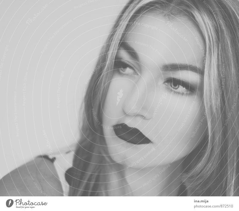 es wird beobachtet Stil schön Kosmetik Mensch feminin Junge Frau Jugendliche Erwachsene Gesicht 1 18-30 Jahre 30-45 Jahre Denken träumen Traurigkeit Coolness