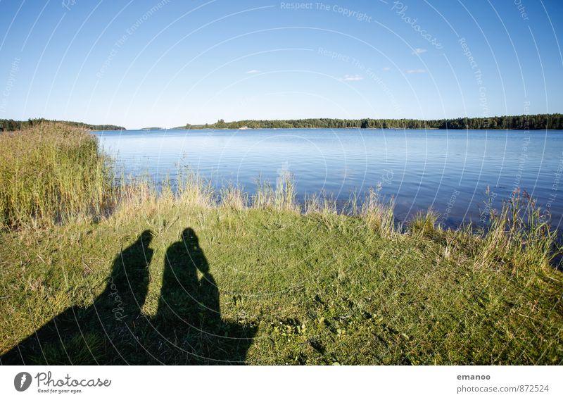 schwedische Schatten Mensch Natur Ferien & Urlaub & Reisen Wasser Sommer Erholung Landschaft ruhig Freude Ferne Gras Küste Freiheit See Paar Freundschaft
