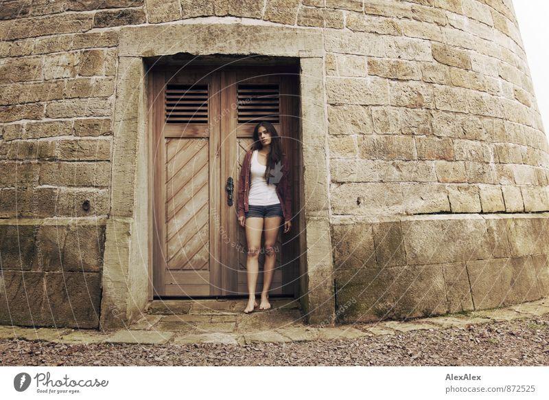 Burgfrollein Junge Frau Jugendliche Barfuß 18-30 Jahre Erwachsene Burg oder Schloss Turm Holztor Hotpants Hemd Unterhemd kariert schwarzhaarig langhaarig stehen