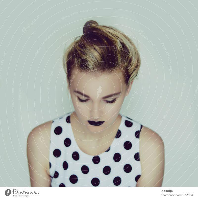 . Mensch Kind Jugendliche Einsamkeit Junge Frau 18-30 Jahre Erwachsene Traurigkeit Gefühle feminin Stil Mode 13-18 Jahre Bekleidung einzigartig geheimnisvoll