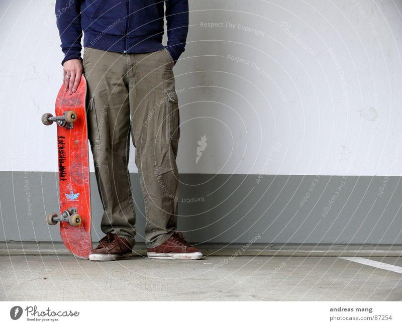 the time after Skateboarding rot Rolle Erholung stehen Hand ruhen Rest Wand fertig Schuhe Spielen Parkdeck Achse chill hands warten wait waiting Mauer