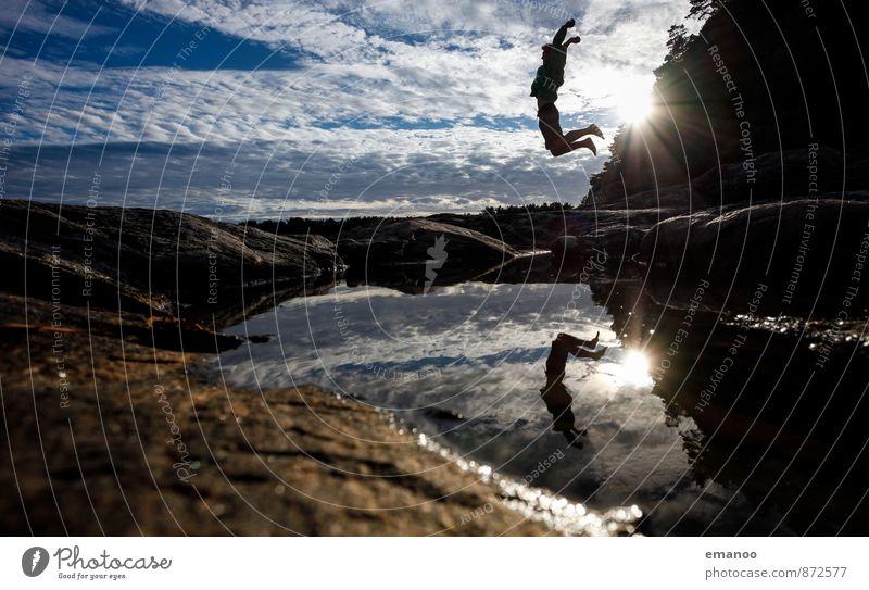 Felsenspiegelsprung Lifestyle Stil Freude Ferien & Urlaub & Reisen Ferne Freiheit Sommer Mensch Junger Mann Jugendliche Körper 1 Landschaft Wasser Himmel Hügel
