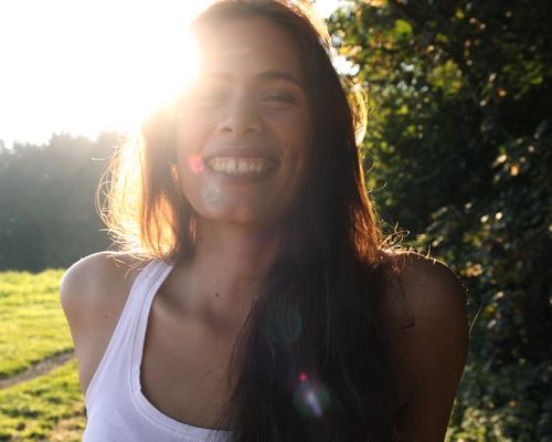 Gegenlichtmädchen mit Grübchen Ausflug Abenteuer Sommerurlaub Junge Frau Jugendliche Gesicht 18-30 Jahre Erwachsene Natur Sonne Schönes Wetter Wiese Wald