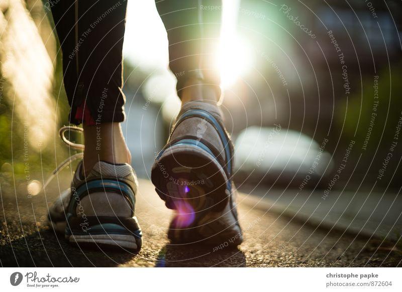 Training Day Lifestyle Gesundheit sportlich Fitness Freizeit & Hobby Sport Sport-Training Sportler Joggen Fuß 1 Mensch Stadt Straße Bekleidung Schuhe Turnschuh